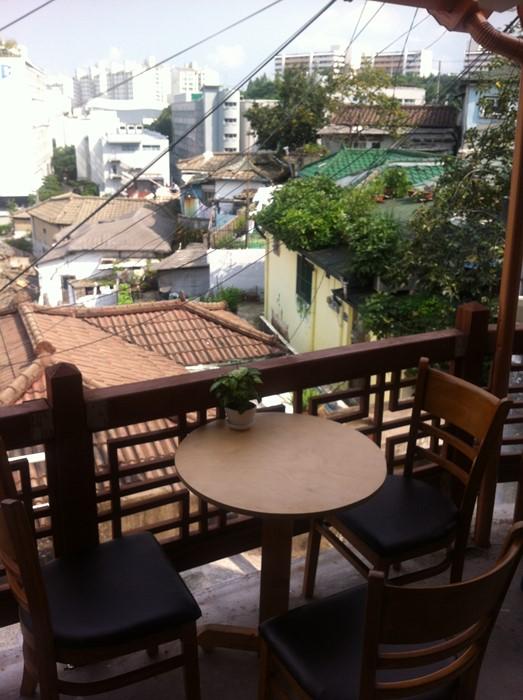 까페 테이블에서 보이는 동네 풍경